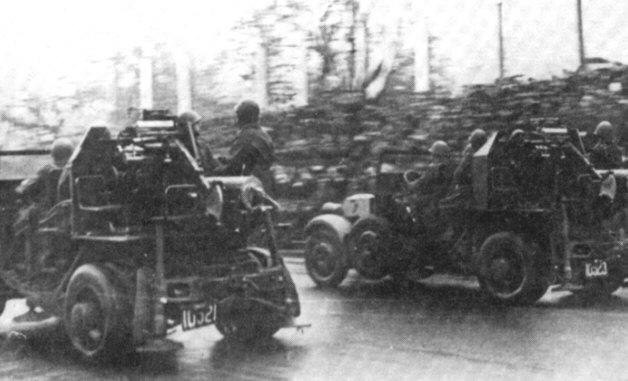 11 listopada 1937 roku. Samochodowe działa plot PF621L w czasie defilady na Alejach Ujazdowskich w Warszawie. Działa z osłonami pancernymi