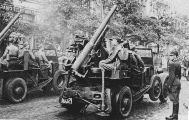 Parada w Bydgoszczy w 1938 roku z okazji zakończenia manewrów. Działa ze zdjętymi osłonami