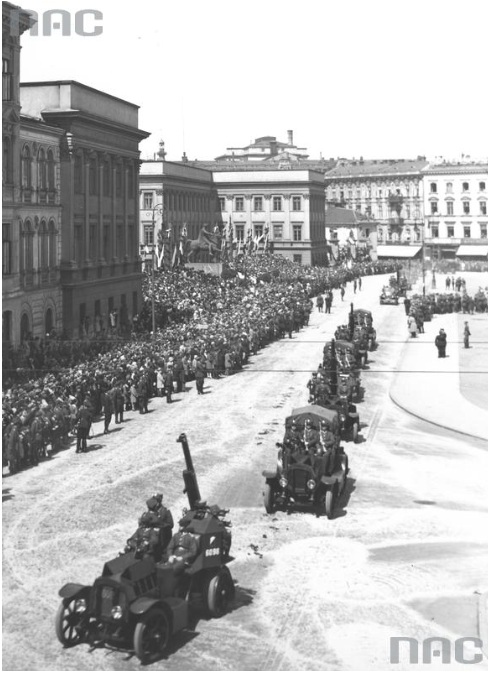 1 Pułk Artylerii Przeciwlotniczej wyposażony w samochody De Dion-Bouton przejeżdża przed Pałacem Saskim podczas rewii wojskowej na placu Piłsudskiego
