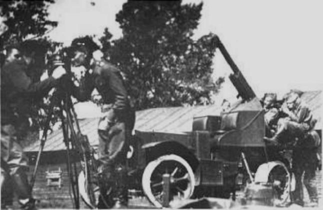 Kpt. Jan Pomian-Srzednicki prowadzi zajęcia dla działoczynów przy armacie De Dion Bouton