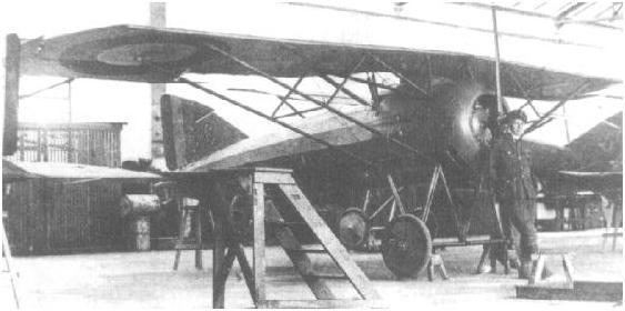 """MS-30E1 nr 2077 """"6"""" w Wyższej Szkole Pilotów w Ławicy.  Przed samolotem kpr.pchor.pil. Janusz Meissner."""
