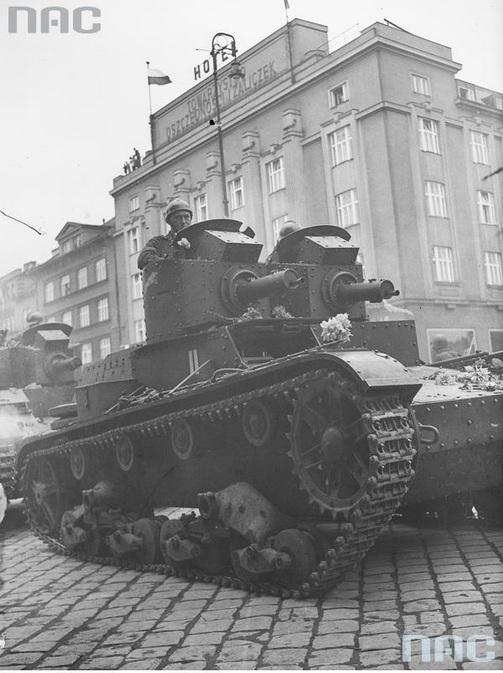 Wojska pancerne podczas defilady. Widoczny czołg lekki 7 TP dwuwieżowy