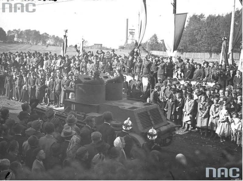 Przejazd oddziałów wojsk pancernych podczas defilady. Widoczny lekki czołg 7TP dwuwieżowy