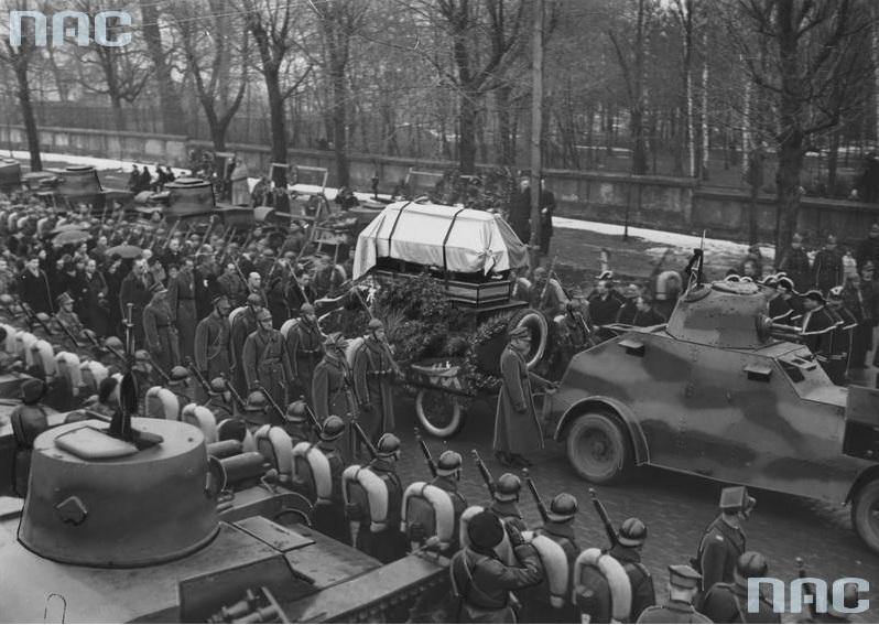 Fragment konduktu pogrzebowego. Trumna spoczywa na wozie ciągniętym przez samochód pancerny wz. 29 Ursus (?). Na pierwszym planie widoczny także lekki czołg 7 TP dwuwieżowy