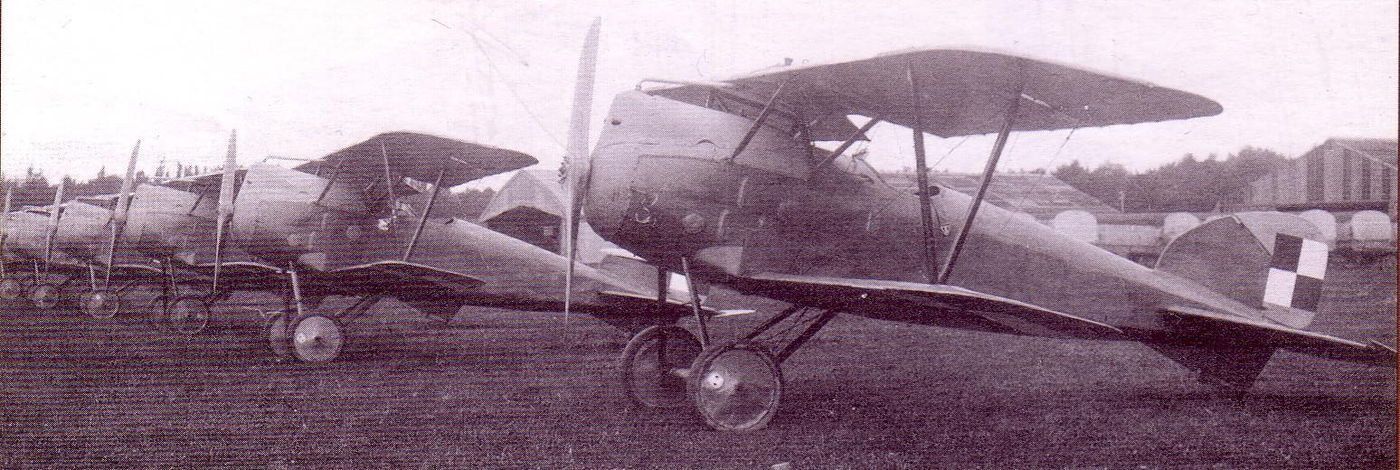 Zmontowane i pomalowane samoloty przed dostawą do jednostki