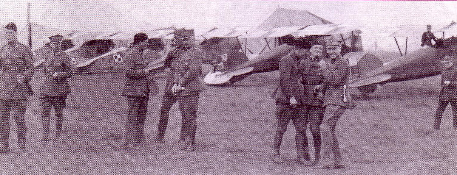 13.Eskadra myśliwska na lotnisku Siekierki w Warszawie w sierpniu 1920.W tle Oeffagi D.III