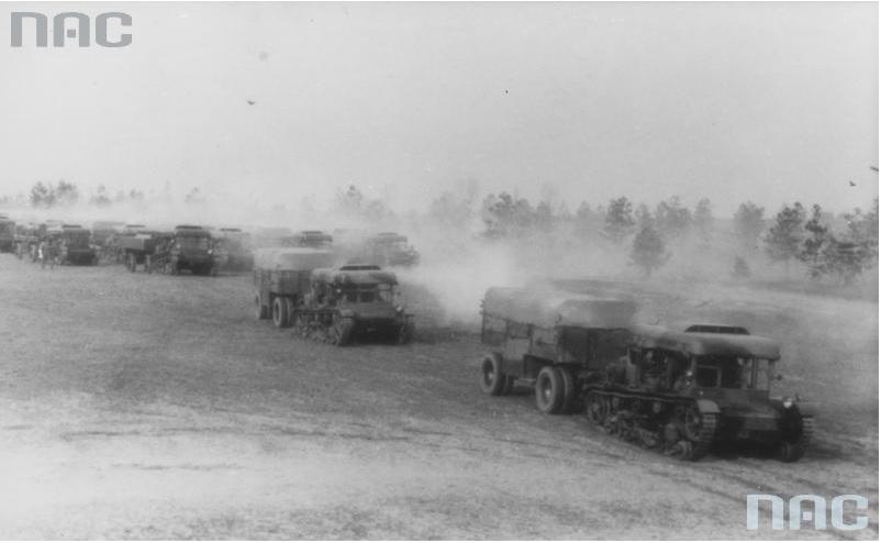 Ciągniki artyleryjskie C7P z przyczepami w kolumnie marszowej
