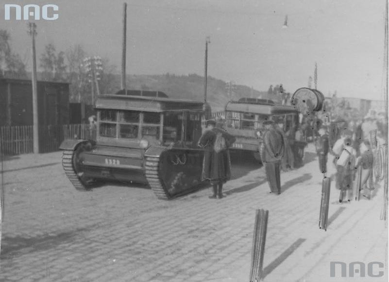 Ciągniki artyleryjskie C7P transportują bęben z liną stalową