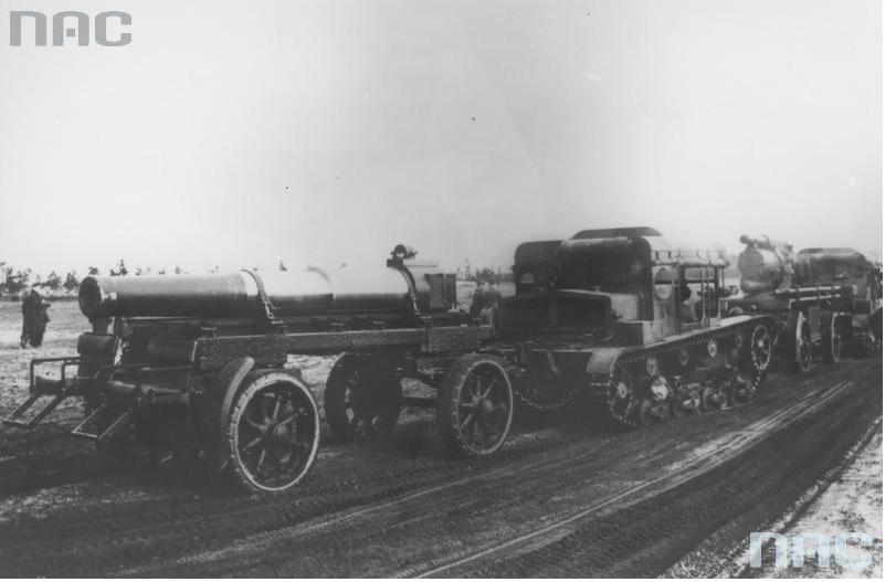 Ciągniki artyleryjskie C7P z przyczepami załadowanymi lufami do moździerzy 220 mm wz. 32 oraz samymi moździerzami w marszu