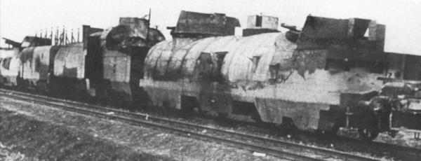 """Zdjęcie przedstawia najprawdopodobniej Pociąg Pancerny nr 11 (""""Danuta"""") po swojej ostatniej walce. Problemem do dziś pozostaje, czemu uszkodzenia widoczne na fotografii nie zgadzają się z opisem historycznym"""