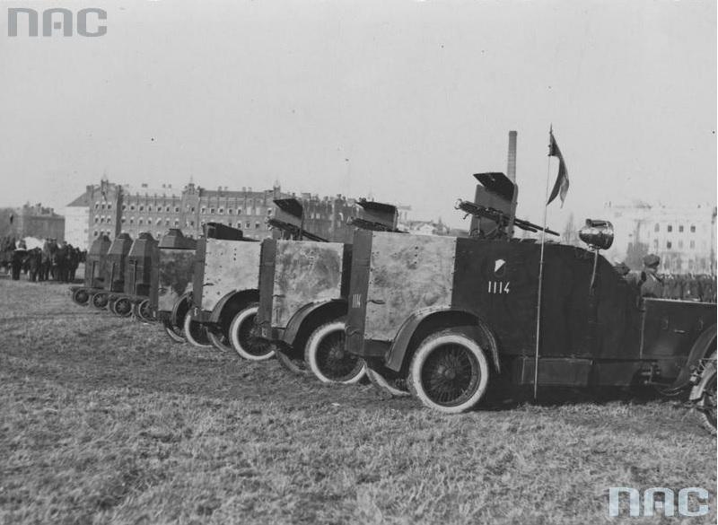 Polskie samochody pancerne Peugeot (pierwszy z numerem 1114) oraz półgąsienicowe samochody pancerne wz. 28 w Grudziądzu