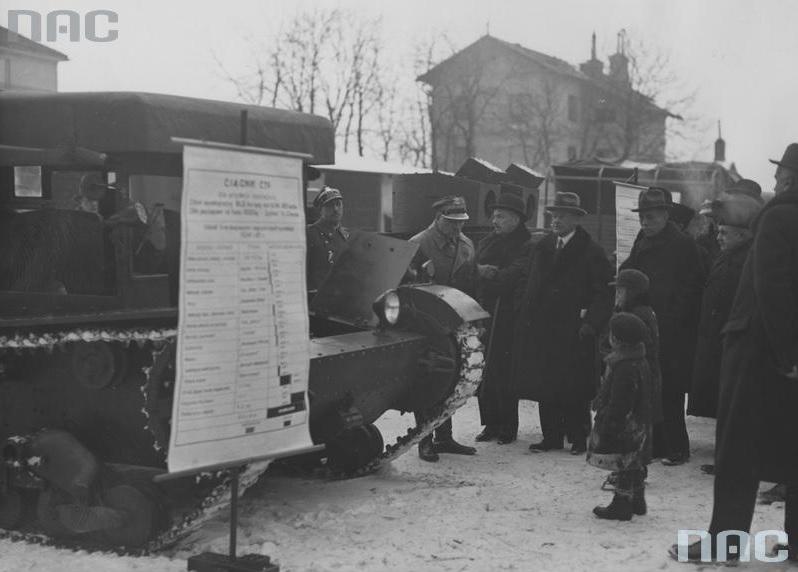 Pokaz ciągnika artyleryjskiego C7P wytwarzanego przez polskie zakłady, zorganizowany dla komisji budżetowej senatu, w Warszawie. Drugi z lewej gen. Sławoj Składkowski