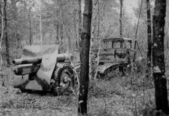 Porzucony ciągnik C4P z armatą 120mm, 6.dam, wrzesień 1939 (koła armaty o dużej średnicy, lufa w położeniu tylnym - marszowym, dobrze widoczny kamuflaż)