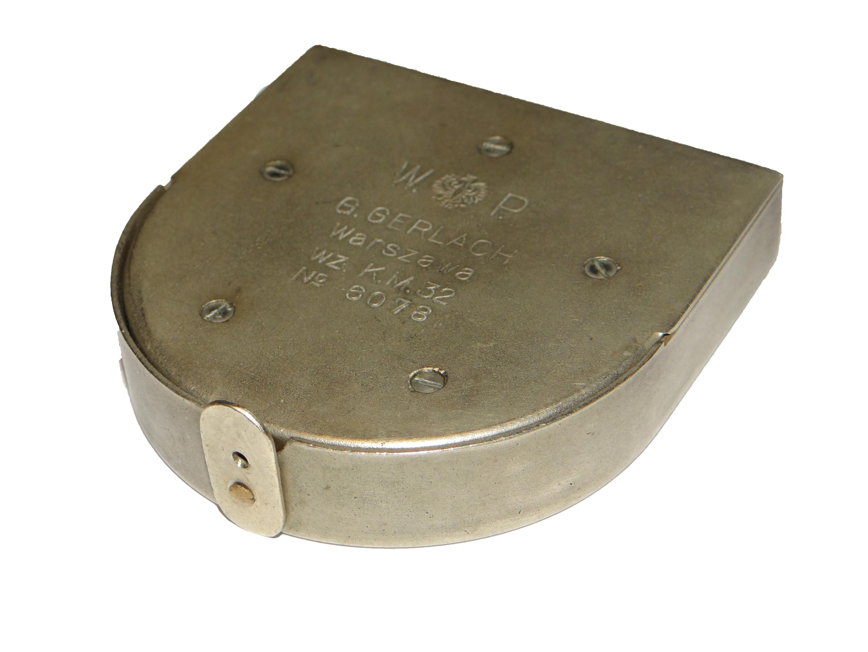 Busola Kierunkowa wz. K.M 32 produkcji G. Gerlach. Brak oryginalnego bączka do mocowania smyczy, zamiast tego dorobione zapięcie zabezpieczające przed samowolnym otwarciem