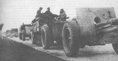 """Haubice 100mm wz.14/19P z jaszczami i ciągnikami C4P z długą skrzynią, pierwszej baterii (""""Baterii Śmierci"""") 16. dywizjonu artylerii motorowej z 10. BK, po boju o wieś Zboiska (17 IX 1939). Pierwsze działo ma namalowaną na tarczy nazwę własną """"Zośka"""""""