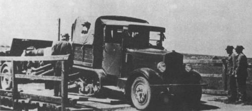 Ciągnik C4P późnej serii z krótką skrzynią ciągnący armatę 120mm wz.78/09/31 (z ogumionymi kołami małej średnicy)