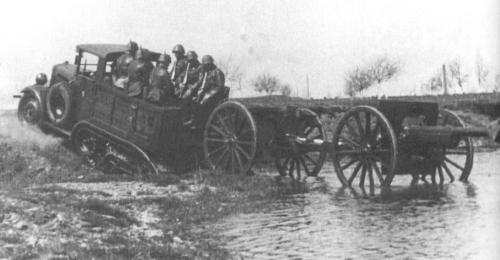 """Ciągnik C4P późny, z dłuższą ramą, ciągnie armatę 75mm wz.1897 (Schneider) z jaszczem, w koszarach w Stryju. Ciągnik ma na drzwiach namalowaną małą czaszkę - symbol 1. baterii nazywanej """"Bateria śmierci"""" na pamiątkę walk 4. baterii 1. pułku artylerii górskiej w wojnie polsko-radzieckiej. Pułk ten w 1931 roku został przekształcony w 1. pułk artylerii motorowej (1.pamot)"""