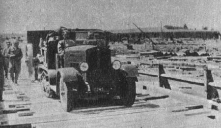 Ciągnik C4P wczesnej serii ciągnący armatę 105 mm wz.13 na specjalnej lawecie