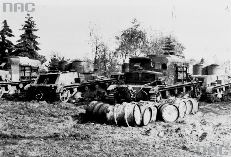 Widoczne: ciągniki artyleryjskie C7P i czołgi lekkie 7TP dwuwieżowe