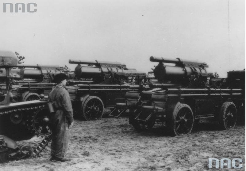 Przyczepy z kołyską i oporo-powrotnikami do ciężkich moździeży 220 mm wz. 32 zaprzężone do ciągników artyleryjskich C7P na poligonie