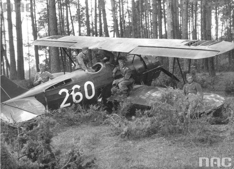 Pięciu żołnierzy niemieckich ogląda zdobyty polski samolot szkoleniowy PWS-26