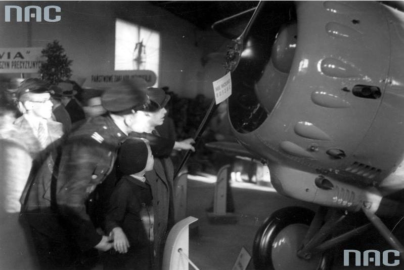 Fragment ekspozycji. Widoczna część samolotu PWS-26