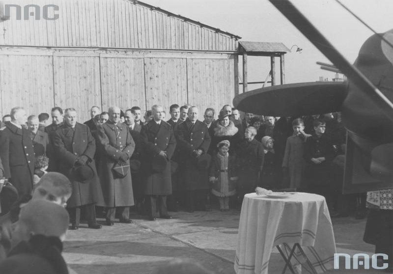 Przekazanie Marynarce Wojennej samolotu RWD-17 ufundowanego przez Kolejowy Okręg Warszawski. W pierwszym szeregu od lewej: NN, NN, gen. Leon Berbecki, kontradmirał Jerzy Świrski, komandor Karol Korytowski