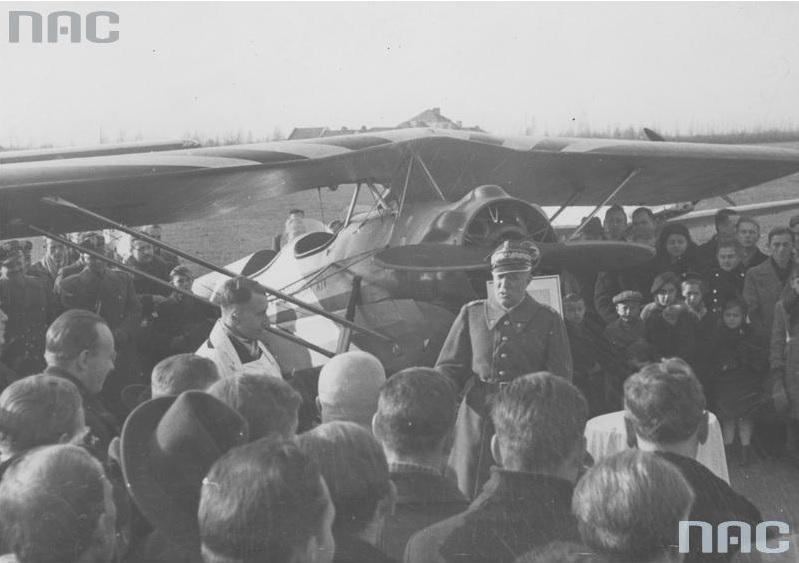 Przekazanie Marynarce Wojennej samolotu RWD-17 ufundowanego przez Kolejowy Okręg Warszawski. Przemawia gen. Leon Berbecki