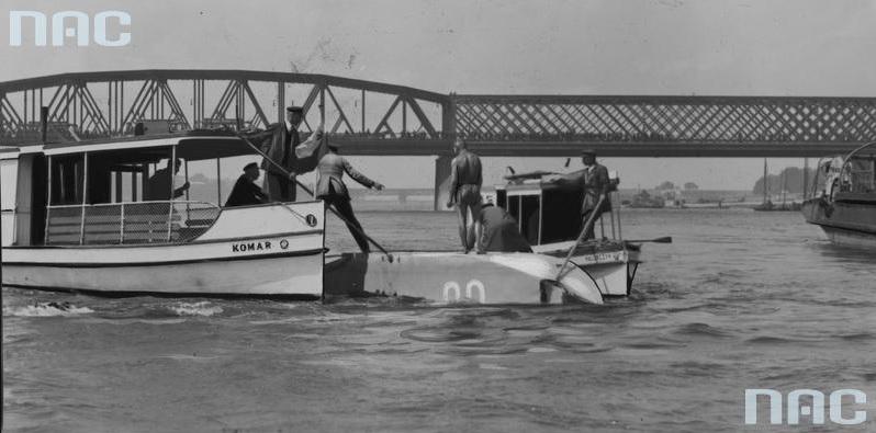 """Wyławianie z Wisły rozbitego hydroplanu Schreck FBA 17 przy Moście Kierbedzia. Widoczne łodzie """"Komar"""" i """"Hallerczyk"""""""