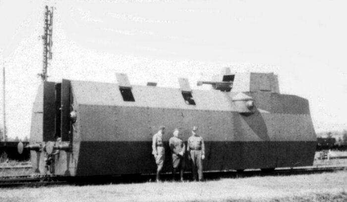 Zdjęcie wagonu motorowego podczas ćwiczeń 2. Dywizjonu Pociągów Pancernych w Pilawie w 1934. Warto zwrócić uwagę na kuliste jarzma karabinów maszynowych - zdjęcie ze zbiorów PIBWL