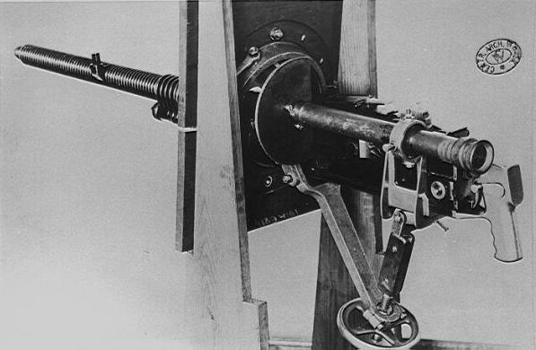 Czołgowy najcięższy karabin maszynowy wz.30 z lunetką celowniczą, w jarzmie uniwersalnym