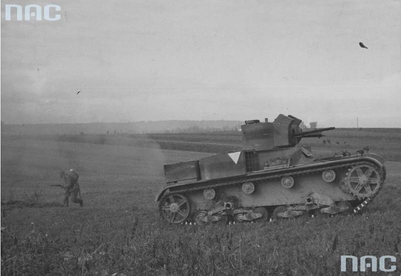 Zmodernizowany lekki czołg Vickers Mark E typ A z 13,2 mm karabinem maszynowym Hotchkiss wz. 30 w lewej wieży podczas ćwiczeń na poligonie
