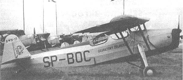 """RWD 17 SP-BOC zbudowany w 1938 roku. Samolot nosił nazwę """"granatowy żołnierz"""" i prawdopodobnie należał do aeroklubu Wileńskiego. Na drugim planie widoczny fragment RWD-13. Fotografia wykonana na terenie Szkoły Pilotów w Świdniku."""
