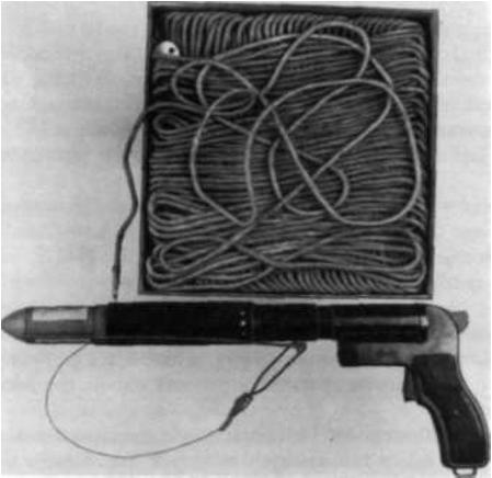 Pistolet sygnałowy wzór 1944 z nasadką do wystrzeliwania rakiet ratowniczych
