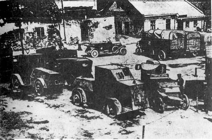 Po nieudanej ofensywnie letniej armii rosyjskiej w 1917. Zdobyte przez Niemców dwa samochody pancerne Jeffery-Poprawło oraz jeden Lanchester (z prawej strony) na rynku w Złoczowie, sierpień 1917