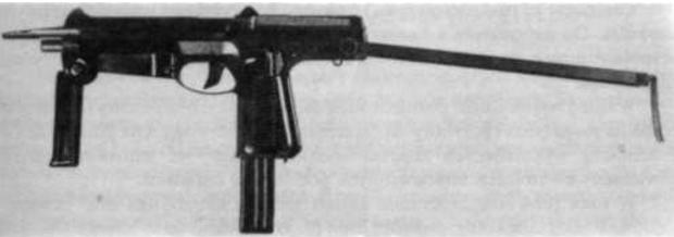 9 mm pistolet maszynowy wz. 1963 z magazynkiem na 25 naboi, kolba wysunięta, uchwyt przedni otwarty