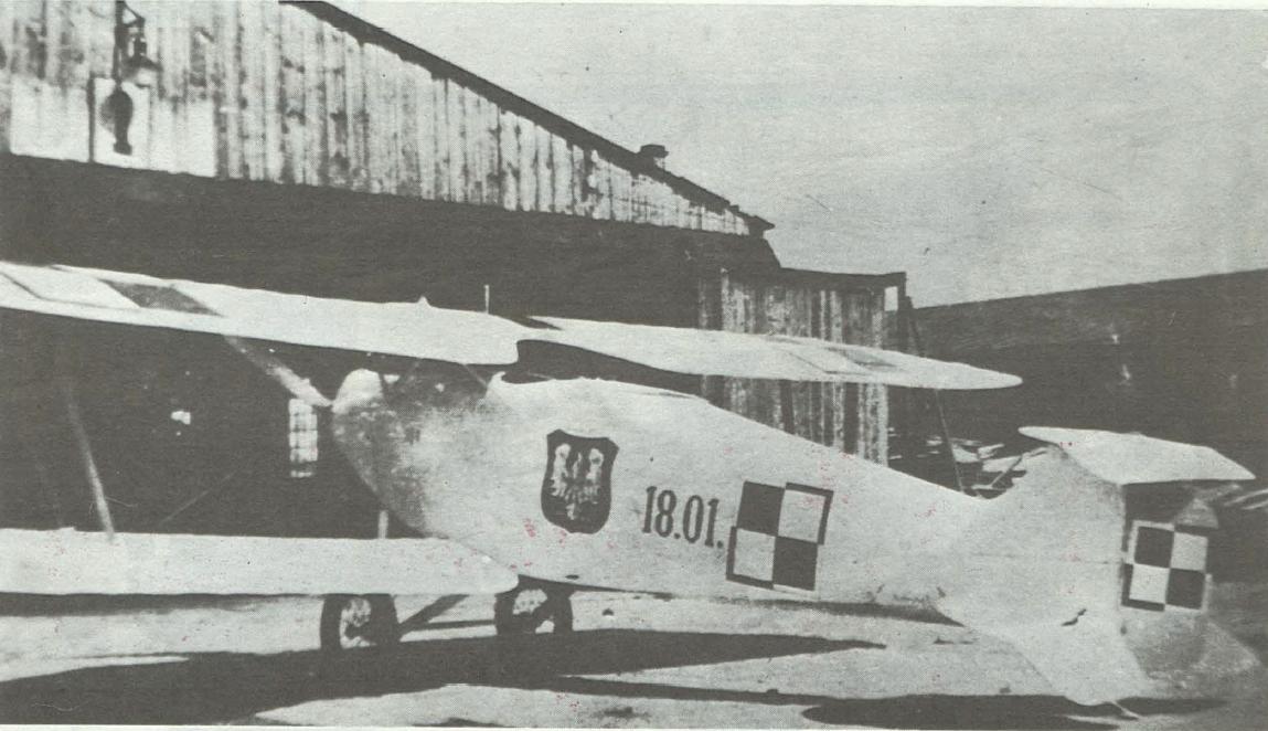 Pierwszy samolot zbudowany w niepodległej Polsce pod kierunkiem por. inż. Karola Słowika, prototyp polskiej wersji Hannover CLII. Zdjęcie wykonane w końcu lipca 1919 roku na Polu Mokotowskim