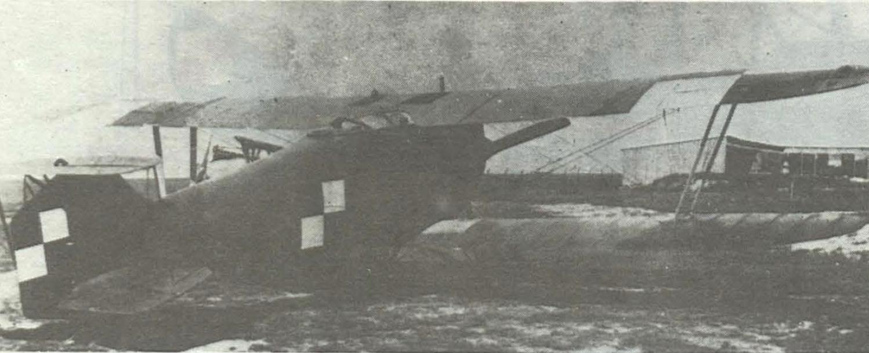Hannover CUI, o numerze 683/1-8, na lotnisku frontowym (zapewne Lewandówka lub Berezowica) w 1919 roku. Wykonywała na nim loty bojowe załoga w składzie - kpt. pil. Camillo Perini (Włoch z pochodzenia) oraz por. obs. Karol Friser