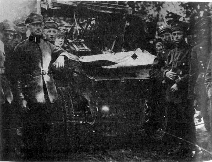 Żołnierze 8 baterii 14 pułku arylerii polowej 14 Wielkopolskiej Dywizji Piechoty przy resztkach zdobytego 4 czerwca 1920 roku pod m.Stołpiszcze samochodu pancernego Lanchester. Skutku celnego strzału ppor. Krysztofiaka z armaty 75 mm nie trzeba komentować; samochód przyholowany po walce do Bobrujska nie nadawał się już do żadnego remontu
