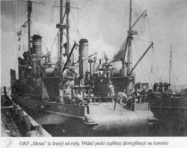 """ORP """"Mewa"""" (z lewej od rufy). Widać paski szybkiej identyfikacji na kominie"""